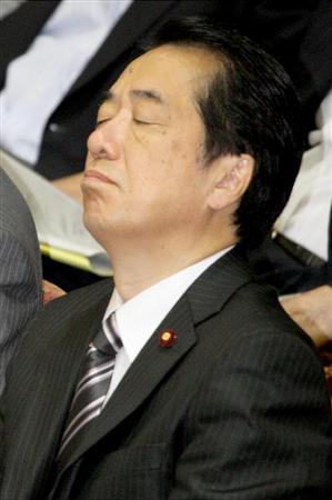 寝たふり?衆院予算委員会で様々な表情をみせる菅直人首相=2010年8月2日午前、国会・衆院第一委員室(酒巻俊介撮影)