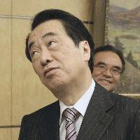 記者の追加の質問に立ち止まる菅直人首相(1月6日午後、首相官邸で)=田中秀敏撮影