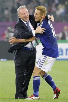 オーストラリアを破って優勝し、本田圭(右)と抱き合って喜ぶザッケローニ監督=29日、ドーハ(共同)