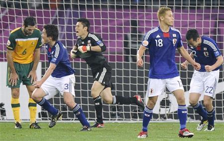 優勝を決め喜ぶ、GK川島(中央)、本田圭(右から2人目)ら日本イレブン=ドーハ