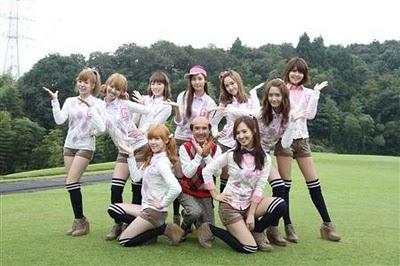 フジテレビ「サザエさん」に出演した少女時代、前列左からティファニー、片岡鶴太郎、ユリ、後列左からサニー、ヒョヨン、テヨン、ソヒョン、ジェシカ、ユナ、スヨン