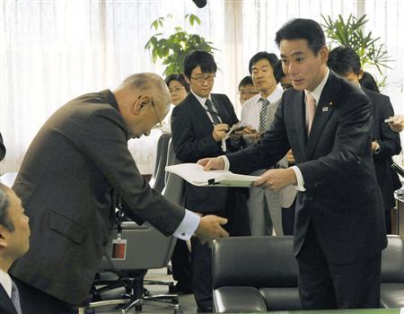 日本航空(JAL)の再建問題で、前原誠司国土交通相(47)直属の専門家チーム「JAL再生タスクフォース」は成果らしい成果がないまま、10月末にその役割を終えた。
