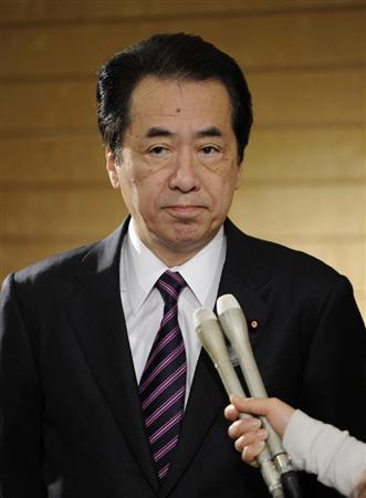 記者の質問に答える菅首相=14日午後、首相官邸