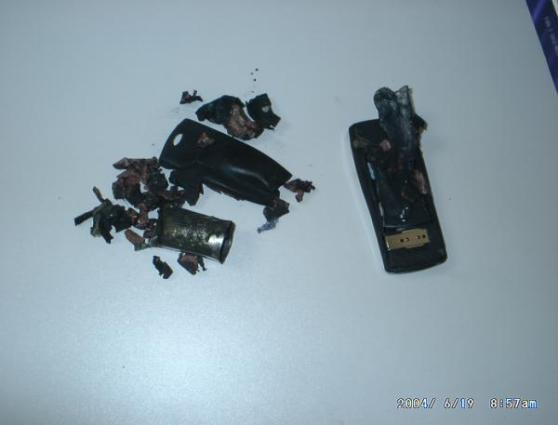 2004年6月18日、広東省東莞で、プログラマーのスーツのズボンポケットに入れていた携帯電話が爆発、写真はその破片