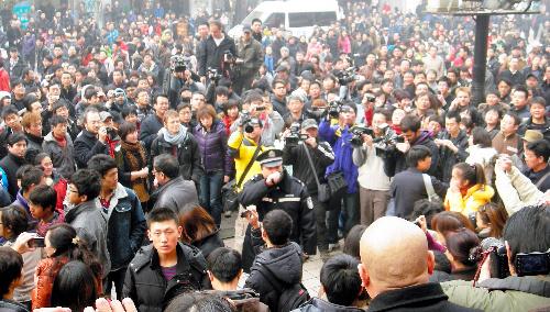 北京市中心部の繁華街に集まった市民らを排除する警察官。通行人もあわせて数百人にふくれあがり、現場は騒然となった=峯村健司撮影
