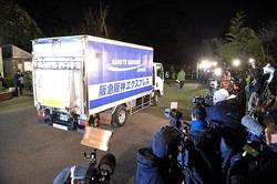 ジャイアントパンダの「比力」と「仙女」を乗せて上野動物園に到着したトラック