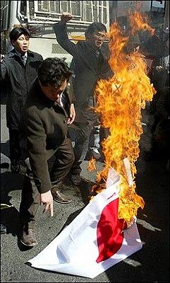 日本国旗「日章旗(日の丸)」を燃やす南朝鮮人