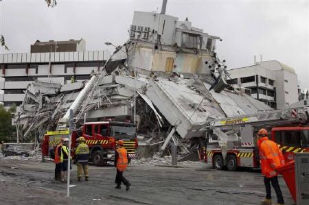クライストチャーチの大地震を受け、非常事態を宣言。写真は捜索活動を行う救助隊員ら。
