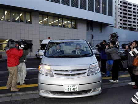 京都大などの入試問題がインターネットのサイトに投稿された事件で、逮捕された男子予備校生を乗せ、仙台中央署を出る車両=3日午後5時12分