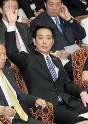 参院予算委員会で自民党の西田昌司氏の質問に答えるため挙手する前原誠司外相=4日午後、国会・参院第一委員会室(酒巻俊介撮影)
