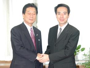 民団中央本部の金宰淑団長は2005年11月30日、東京の民主党本部に前原誠司代表を訪ね、地方選挙権付与の早期実現へ法案の再上程を要望した。 前原代表は「私は前から賛成の立場だ。スタンスは変わっていない」と明言