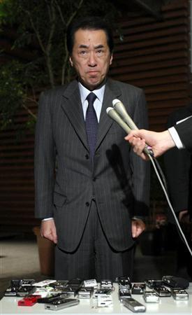 厳しい表情で会見する菅直人首相。前原外相辞意にもふれず、一方的に打ち切り足早に去った=6日午後、官邸