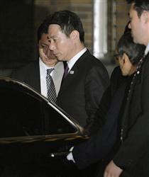3月6日夜、菅首相らとの会談を終え、厳しい表情で車に乗り込む前原外相