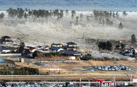 陸に押し寄せて家屋をのみ込む大津波=11日午後3時55分、宮城県名取市で共同通信社ヘリから