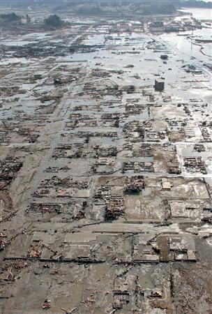 東北大地震\dst11031222150289-p2津波で家屋が流され、基礎部分だけが残る岩手県陸前高田市の住宅地=12日午前8時1分、共同通信社ヘリから