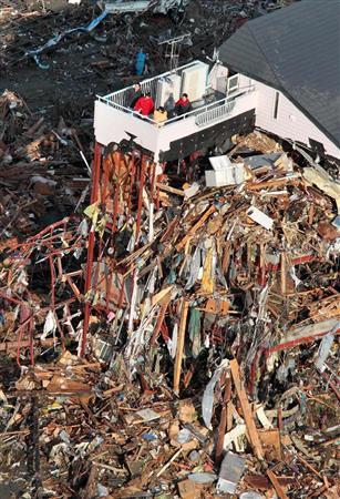 ベランダに取り残され救助を求める人たち=12日8時3分、岩手県陸前高田市