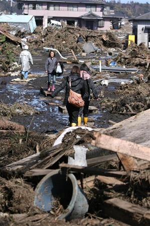 津波で壊滅的な被害を受けた南相馬市。ここでは1つの集落が跡形もなく飲み込まれ、がれきの山が残った=12日 午後12時16分