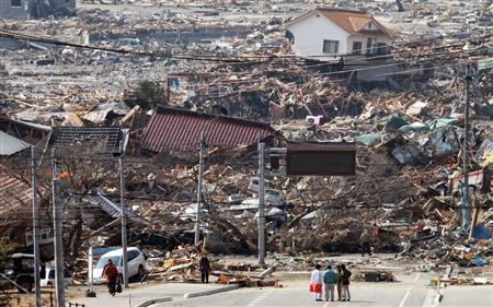 陸前高田市内の沿岸部では、がれきの下から多くの遺体が見つかった。のどかだった漁業の街は、いまは見る影もない=13日
