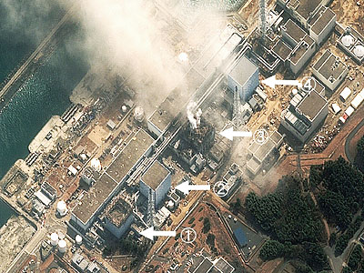 14日に撮影された福島第1原発の衛星写真。(矢印下から順に)12日の爆発で建屋が損傷した1号機、15日に爆発音が確認された2号機、14日の爆発で建屋が損傷した3号機。上は4号機