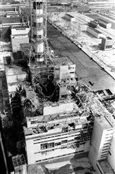 爆発事故を起こし大破したチェルノブイリ原子力発電所=1986年5月(ロイター=共同)