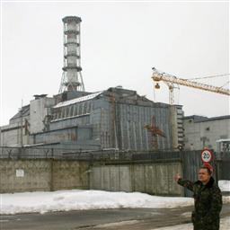 「石棺」に覆われたチェルノブイリ原発4号機=06年3月