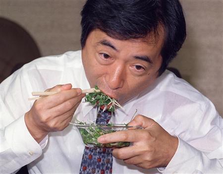 O157による食中毒問題で安全をPRするためカイワレ大根をほおばる菅厚相=平成8年8月