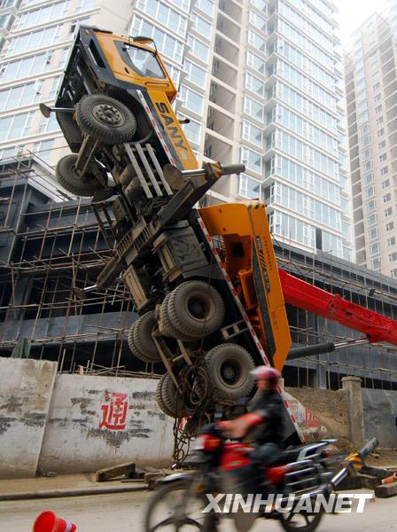 2009年12月10、貴州省貴陽市のビル工事現場で、30トンのクレーン車がバランスを崩して倒立状態となりました。けが人はいませんでした。