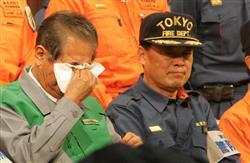 18日に福島第一原発に出動した緊急消防隊東京都隊の第一陣と会話を交わし、目頭をおさえる石原東京都知事=21日午後