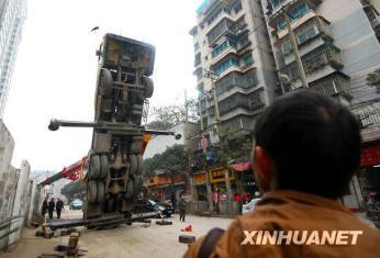 2009年12月10日、貴州省貴陽市のビル工事現場で、30トンのクレーン車がバランスを崩して倒立状態となりました。けが人はいませんでした。
