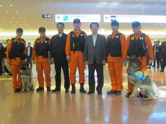 韓国の救援隊を出迎えて記念写真を撮る外務副大臣