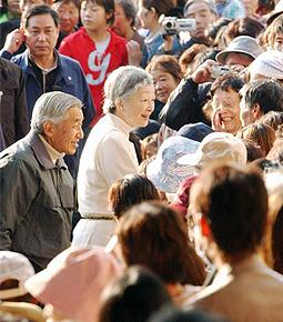 新潟県中越地震の被災地を訪れ、避難所生活を余儀なくされた住民を励まされる天皇、皇后両陛下。被災者一人ひとりに声を掛けるお姿に、思わず泣き出す人もいた!2004年11月6日
