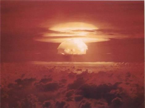 アメリカのビキニ環礁でのキャッスル作戦ブラボー実験のキノコ雲