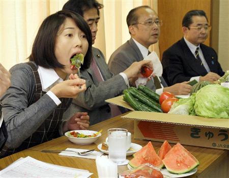 野菜サラダをほおばる丸川珠代参院議員(左から2人目)ら自民党議員=30日午後、東京・永田町の自民党本部(酒巻俊介撮影)