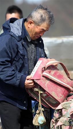 石巻市立大川小学校で犠牲になった孫のランドセルを見つけた=29日午後、宮城県石巻市