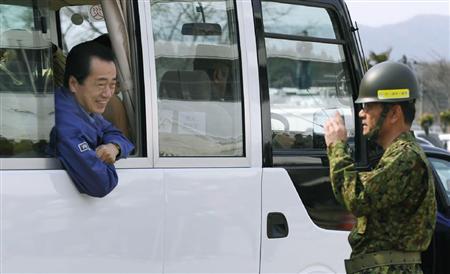 避難所になっている米崎小学校で、陸上自衛隊の隊員に話し掛ける菅首相=2日午前、岩手県陸前高田市