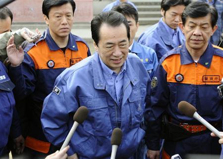 被災地を視察し、記者の質問に笑顔で答える菅首相=2日午前、岩手県陸前高田市