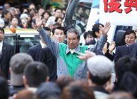 演説を終え、聴衆に手を振る石原慎太郎氏