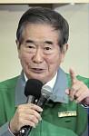 当選を確実にし、挨拶をする現職の石原慎太郎氏(10日午後8時47分、東京・港区南青山で)