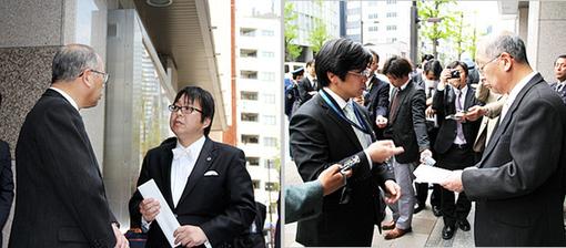 日遊協の佐藤事務局長に申し入れ書を手渡す桜井会長と八木副会長