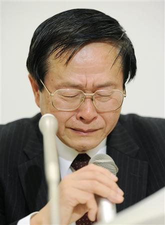 年間20ミリシーベルトとしている現行の基準について泣きべそをかいて記者会見する小佐古敏荘元参与