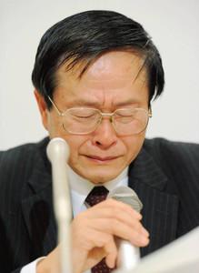 参与を辞任する意向を伝え、記者会見で涙ぐむ小佐古敏荘・内閣官房参与=29日夕、衆院第1議員会館で