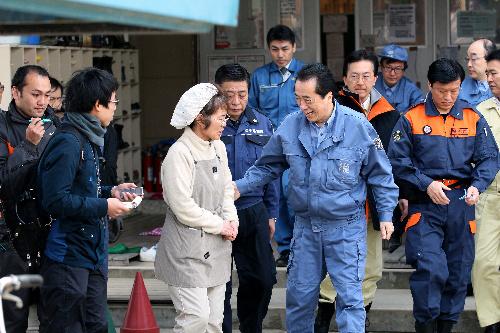 被災者に満面の笑みで声をかける菅直人首相=4月2日