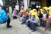 下矢作保育園で読み聞かせするアグネス大使。