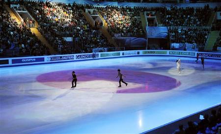 12011World GALA Finaleフジテレビは世界フィギュアのエキシビションのフィナーレでの「氷上の日の丸」などをカットして放送した。