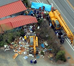 児童たちがクレーン車(中央)になぎ倒された現場。右は事故処理のクレーン車=栃木県鹿沼市で2011年4月18日