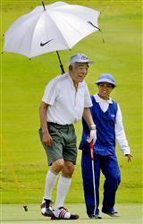 15日、マニラ首都圏郊外でゴルフを楽しむ民主党の石井一副代表