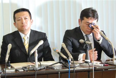無罪判決を受け、記者会見する長岩友久被告(左)と涙を拭う後潟桂太郎被告=11日午後