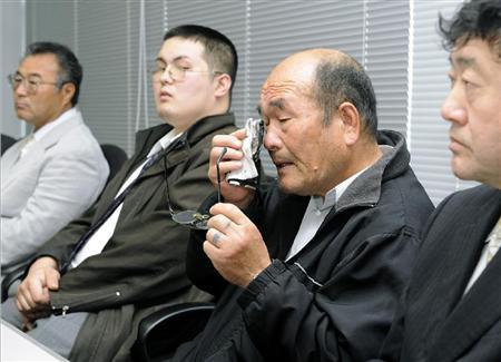 イージス艦衝突事故の無罪判決を受け記者会見し、悔し涙を流す吉清美津男さん=5月11日午後、横浜市中区