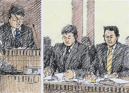 イージス艦衝突事故の判決公判に出廷した後潟桂太郎被告(中央)と長岩友久被告(右)(イラスト 勝山展年)