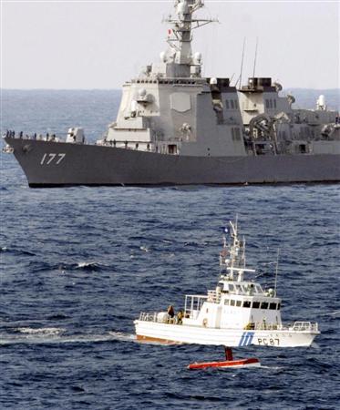 イージス艦「あたご」(奥)と衝突した漁船「清徳丸」の船尾部分(手前)。中央は海上保安庁の巡視艇=2008年2月、千葉県・野島崎沖の太平洋
